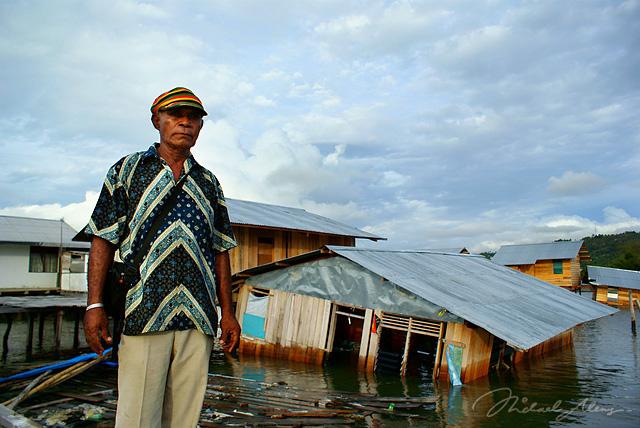 Hans Yansen Hanasbe berdiri di depan rumahnya. Hans tidak sempat lagi menyelamatkan isi rumahnya setelah hanyut terkena imbas Tsunami semalam. (Foto oleh Michael Aleng)