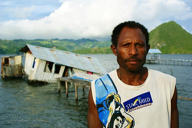 George Hamadi berdiri di depan Rumahnya dengan tetap bersyukur keluarganya bisa selamat dari Tsunami. (Foto oleh Michael Aleng)